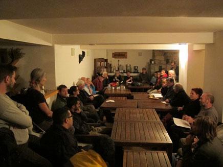 הפעילים מתכנסים בסיפון הספינה (צילום: אלג'אזירה)