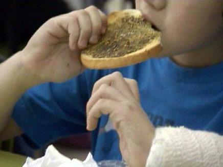 הורים רבים מודאגים ממה שילדיהם אוכלים (צילום: חדשות 2)