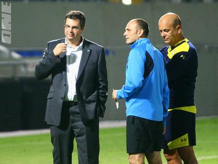 איווניר, כרמלי ואנגלידיס. המאמן אופטימי(יניב גונן) (צילום: מערכת ONE)