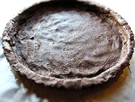 טארט שוקולד ודובדבנים הבצק בתבנית (צילום: דליה מאיר, קסמים מתוקים)