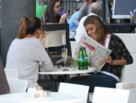 קרן שחם בבית קפה פפראצי (צילום: אלעד דיין)