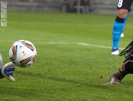 אדל מציל כדור של ווינאלדום (רויטרס) (צילום: מערכת ONE)