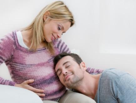 גבר מניח ראש על אישה בהריון (צילום: Ridofranz, Istock)