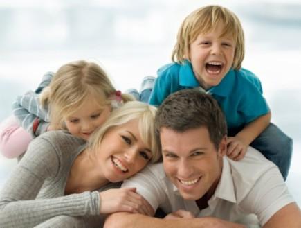 משפחה צעירה - אבא אמא וילדים (צילום: H-Gall, Istock)