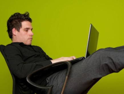 צעיר ברשת (צילום: Darko Komorski, Istock)