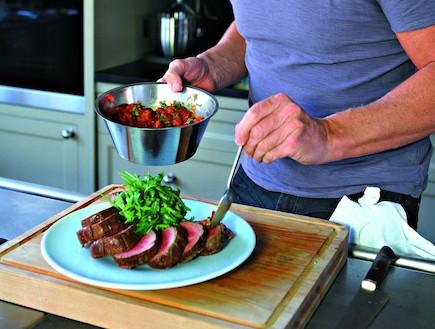 גורדון רמזי עם פילה בקר צלוי עם רוטב עגבניות וטרגו (צילום: ליסה ברבר, תיאבון בריא, פן הוצאה לאור)