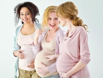 שלוש חברות בהריון (צילום: Izabela Habur, Istock)