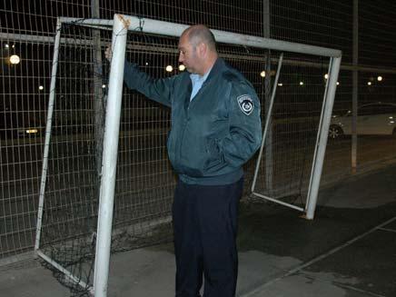 שוטר במגרש שבו קרס השער, הערב (צילום: רפעת אכר)