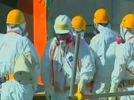 מדענים בכור הגרעיני בפוקושימה אחרי הדליפה (צילום: חדשות 2)