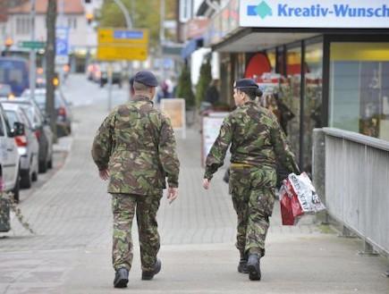 חיילים בריטים בגרמניה (צילום: yahoo!)