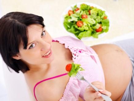 אישה בהריון אוכלת סלט (צילום: kristian sekulic, Istock)