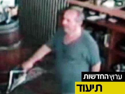 תמונת החשוד במסעדה. מתוך מצלמת האבטחה (צילום: משטרת ישראל)