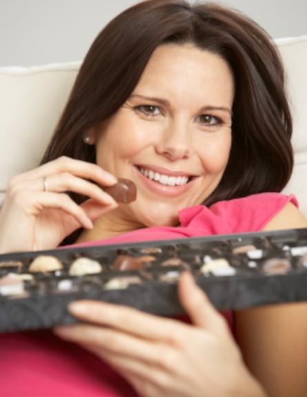 אישה בהריון אוכלת שוקלד