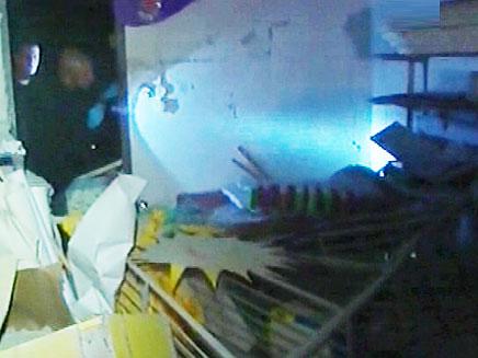נזק כבד למחסן סמוך לגן, הערב (צילום: חדשות 2)