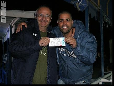 אוהדי מכבי עם כרטיס לשער 7 (ליאור טימור) (צילום: מערכת ONE)