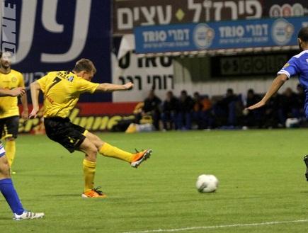 סרגיי טרטיאק מנסה את מזלו (איתי ישראל) (צילום: מערכת ONE)