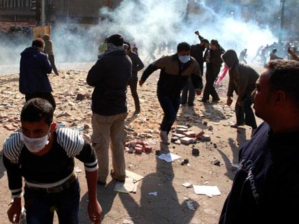 מצרים: 80 פצועים הלילה בכיכר תחריר (צילום: רויטרס)