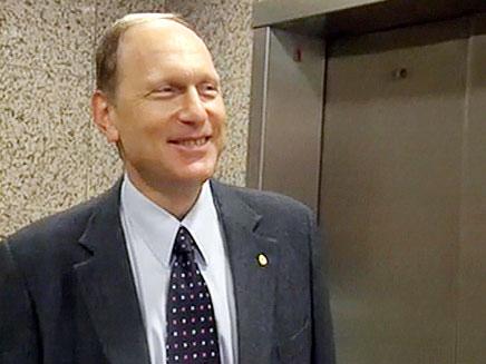 """ד""""ר אידלמן, היום. הגיע לפגישה יחד עם אילן לוין (צילום: חדשות 2)"""