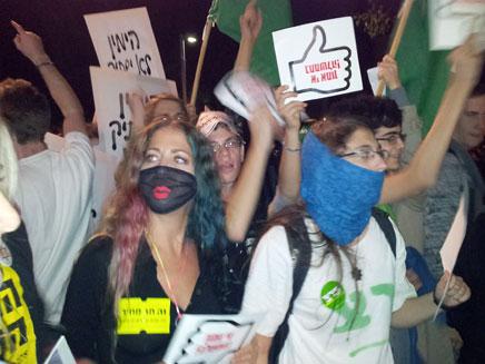 הפגנה מחוץ לתאטרון הבימה (צילום: יקי צימרמן)
