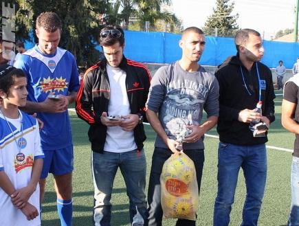 השחקנים על אזרחי לאחר המשחק (משה חרמון) (צילום: מערכת ONE)