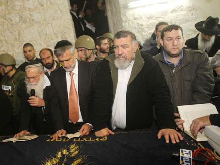 השר ישי בקבר יוסף שבשכם (צילום: מירי צחי, באדיבות המועצה האזורית שומרון)