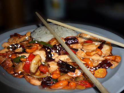 עוף תאילנדי וקשיו (צילום: עמנואל רוזנצוייג, אוכל טוב)