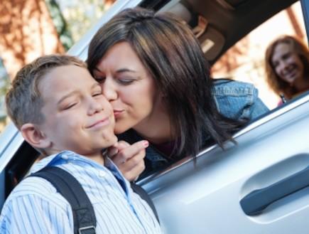 אמא מנשקת ילד (צילום: Steve Debenport, Istock)