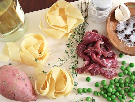 פסטה עם בשר לפני (צילום: אסף רונן)