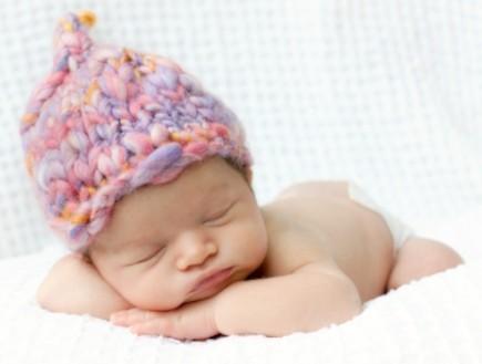 תינוק בן יומו עם כובע צמר (צילום: jfairone, Istock)