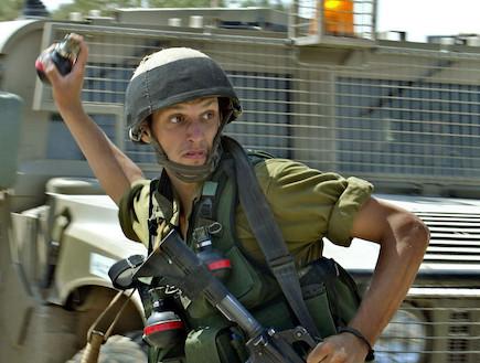 חייל ישראלי זורק רימון (צילום: David Silverman, GettyImages IL)