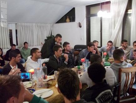 ערב גיבוש בביתו של גל אראל (צילום: מערכת ONE)