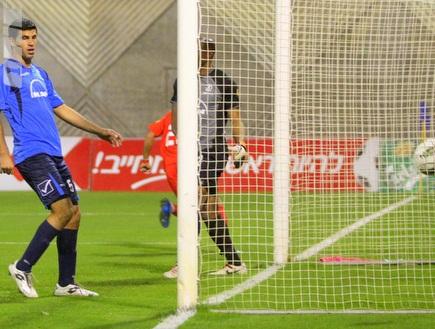 בן מוחא ואג´ידה מסתכלים על הכדור ברשת (יניב גונן) (צילום: מערכת ONE)