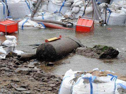 פצצת הענק בנהר הריין (צילום: AP)