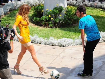 ג'ניפר לופז משחקת כדורגל