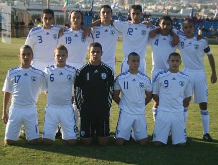 נבחרת הנערים של ישראל לפני המשחק (צילום: מערכת ONE)