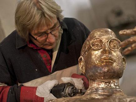 דמותו של ג'ובס מונצחת בפסל (צילום: AP)