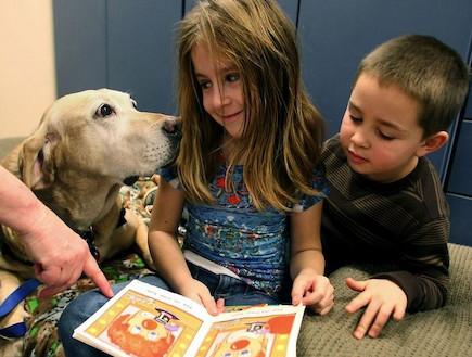 ילדים מקריאים ספרים לכלבים 1 (צילום: מתוך האתר kidsapsun)