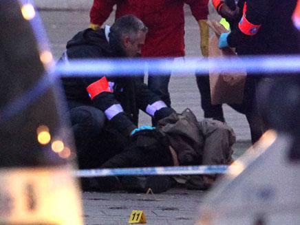 גופת היורה מבלגיה, אתמול בליאז' (צילום: רויטרס)