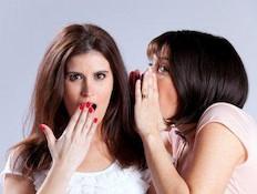 בחורה מגלה סוד לחברתה המפותעת (צילום: hjalmeida, Istock)