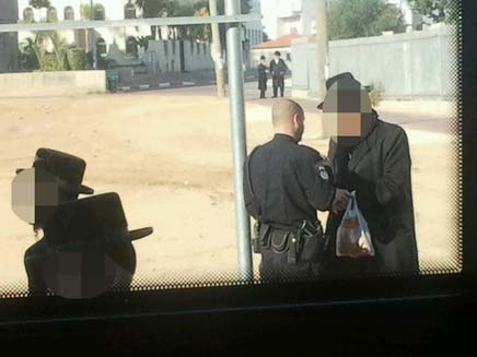 שוטר הוזעק למקום, אך המהומה נמשכה