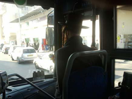 אוטובוס בו דתיים ביקשו מאישה לשבת מאחור (צילום: חדשות 2)