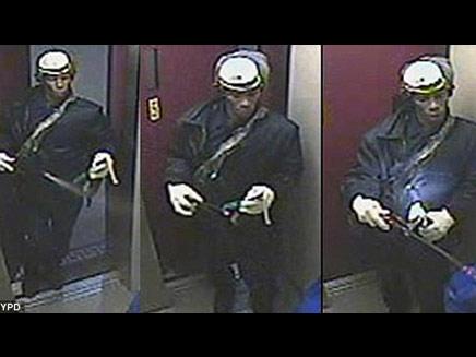 החשוד כפי שתועד במצלמות האבטחה (צילום: NYPD)