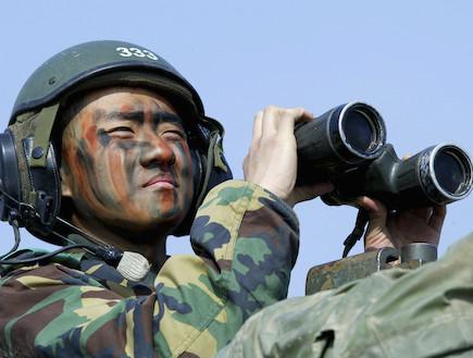חייל דרום קוריאה מסתכל במשקפת (צילום: Chung Sung-Jun, GettyImages IL)