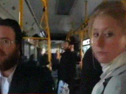 כתבת עיתונות זרה על אוטובוס במאה שערים (צילום: הטלוויזיה הדנית)