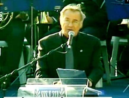 דן כנר בטקס הזיכרון לאסון הכרמל (וידאו WMV: חדשות 2)