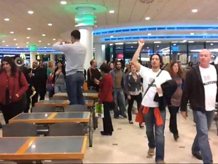 דורשים צדק חברתי במרכז קניות יוקרתי (צילום: עמית סלונים)