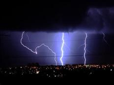 ברקים בשמי פרדס חנה, הלילה (צילום: עומרי רובין, גולש חדשות 2)