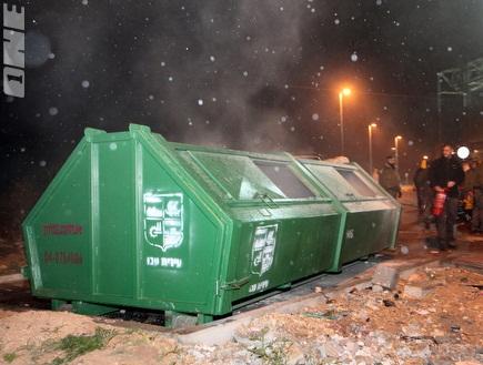 הפחים השרופים מחוץ לאצטדיון בעכו (עמית מצפה) (צילום: מערכת ONE)