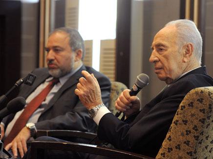 הנשיא פרס לצד שר החוץ, היום בכנס