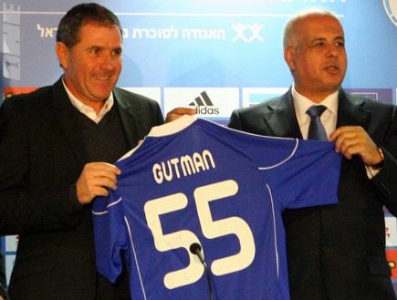 אבי לוזון ואלי גוטמן עם חולצת הנבחרת (יניב גונן) (צילום: מערכת ONE)